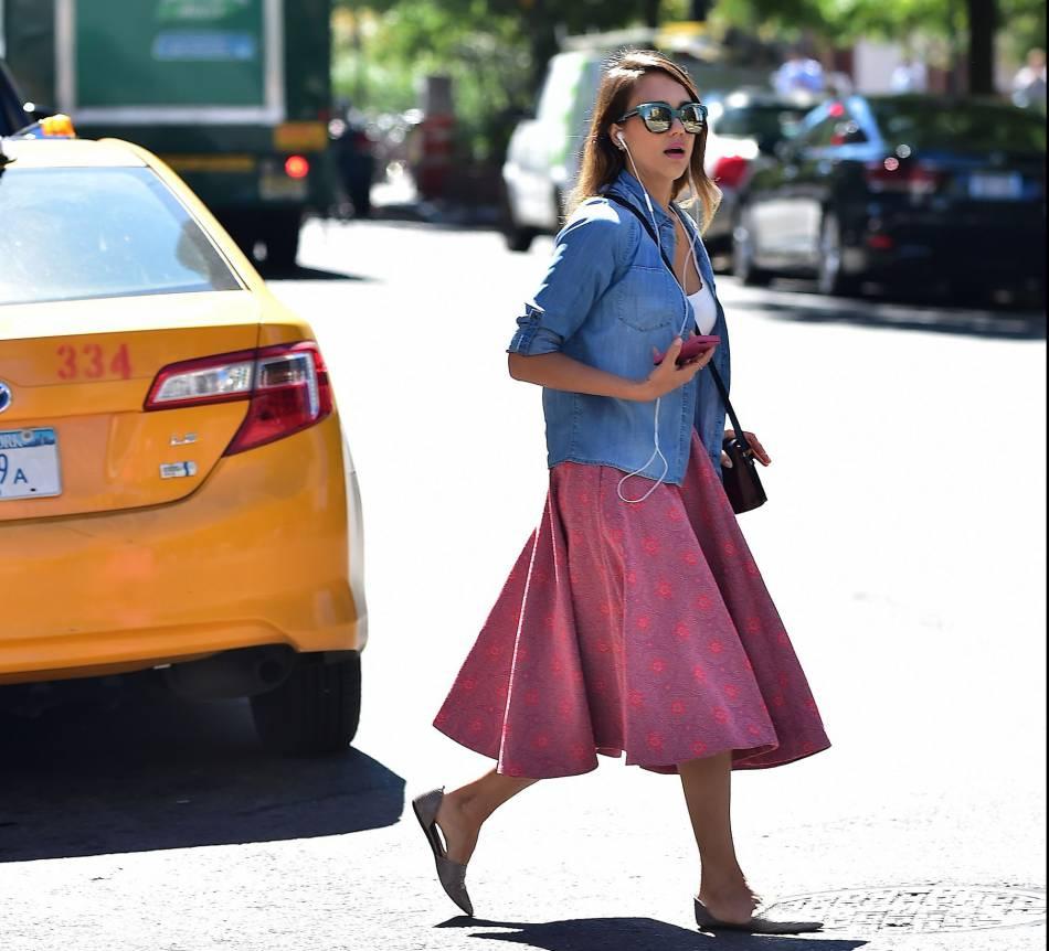 Comme une vraie fille, Jessica adore porter des jupes patineuses spectaculaires. Ce modèle rose, coupé avec une veste en jean, fait le show.
