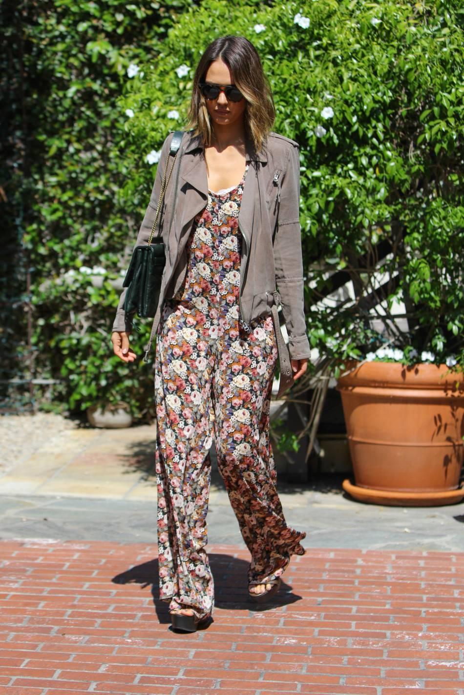En combinaison pantalon fluide, Jessica Alba illustre la parfaite tenue du printemps.