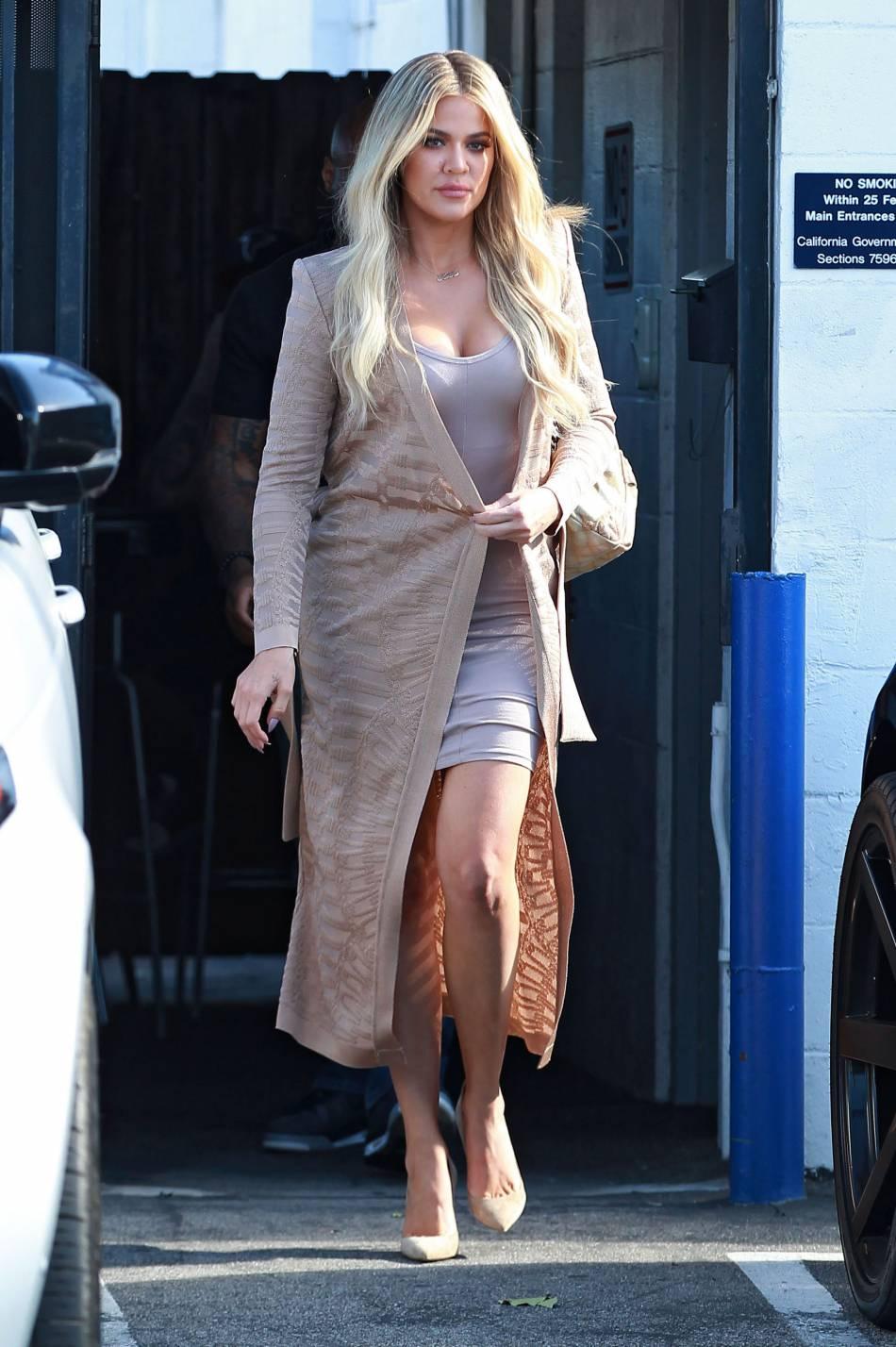 Khloé Kardashian opte pour le gilet long et fluide pour sa tenue de working girl accomplie.