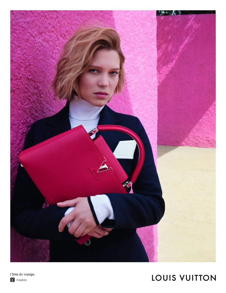 Léa Seydoux ne peut pas lâcher ce sac girly signé Vuitton.