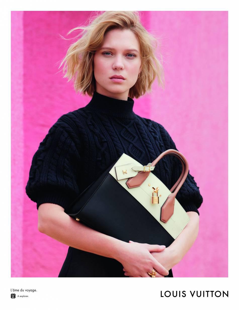 Le look classe de Léa Seydoux avec ce sac bicolore nous subjugue.