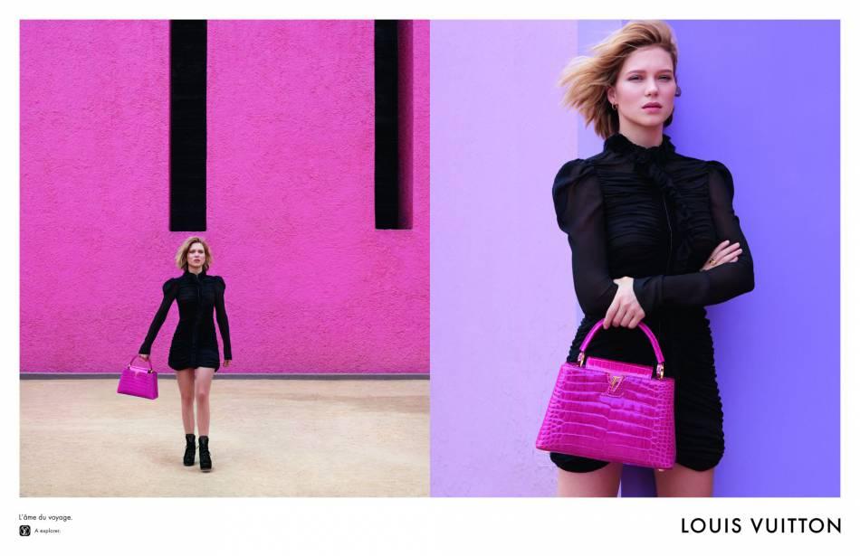Petite robe noire et it-bag rose : la parfaite combinaison.
