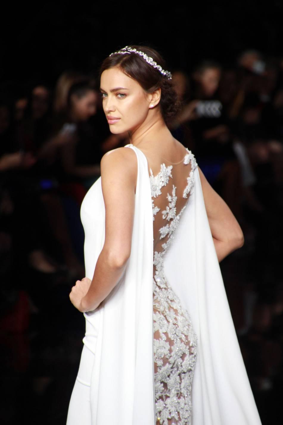 Irina Shayk défile lors de la Bridal Fashion Week de Barcelone le 29 avril 2016.