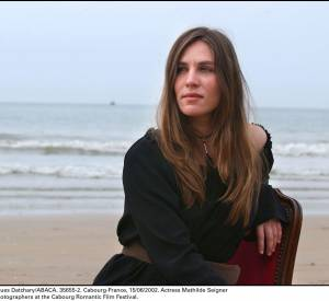 Cheveux libres et épaule dénudée, l'actrice se fait sauvage sur la plage de Cabourg.