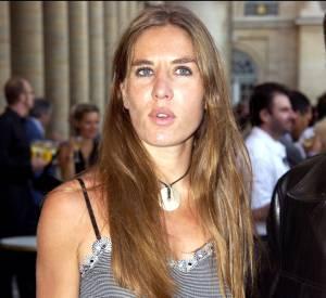 """En 2003, Mathilde Seigner tourne dans """"Mariages !"""" aux côtés de Jean Dujardin."""