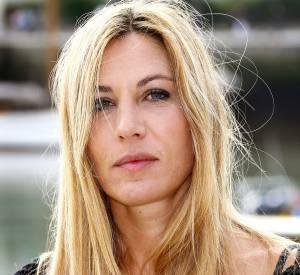 Trois ans plus tard, elle affiche un blond franc.