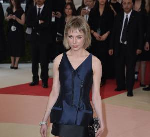 En robe Vuitton, Michelle Williams est cool et moderne à la fois.