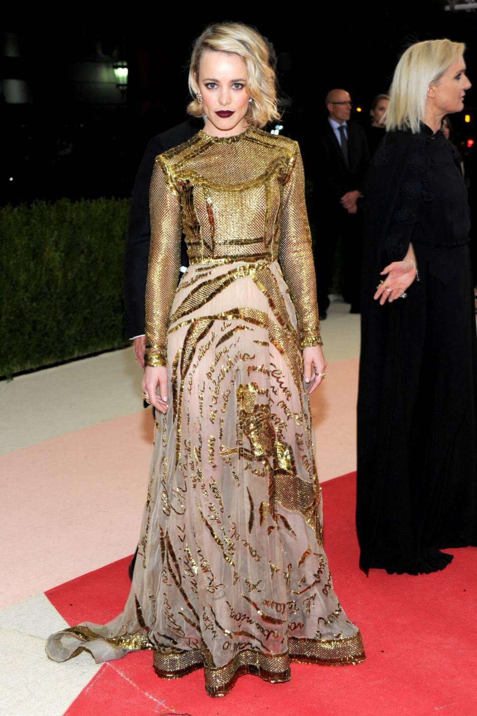 En robe dorée Valentino, l'actrice Rachel McAdams est plus femme fatale que jamais.