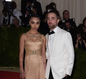 FKA Twigs optait pour une robe Versace nude tandis que son petit ami Robert Pattinson affichait un look bicolore Christian Dior pour ce Met Ball 2016.