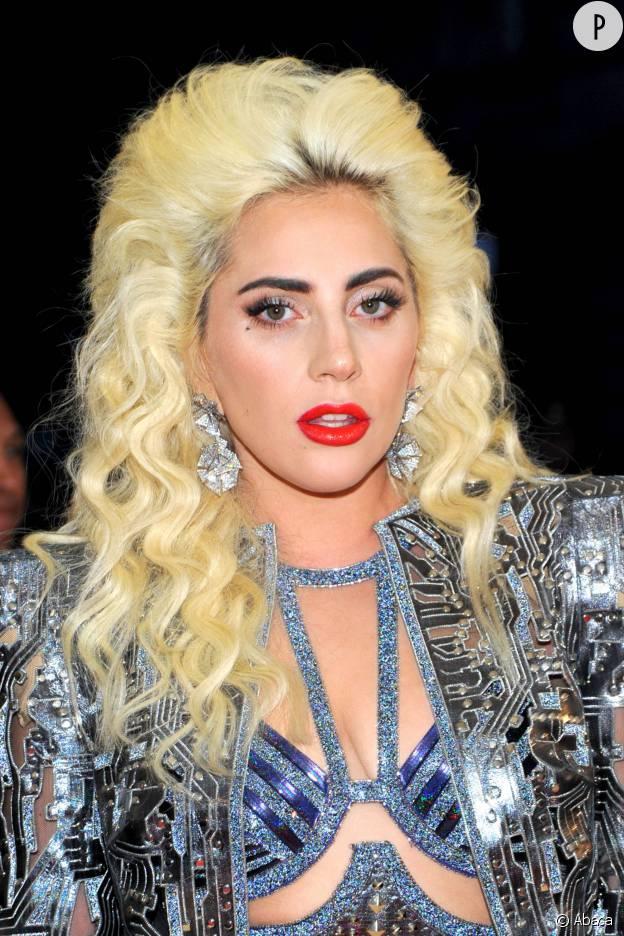 Lady Gaga et sa mise en pli XL pour un look de gladiatrice futuriste sexy.