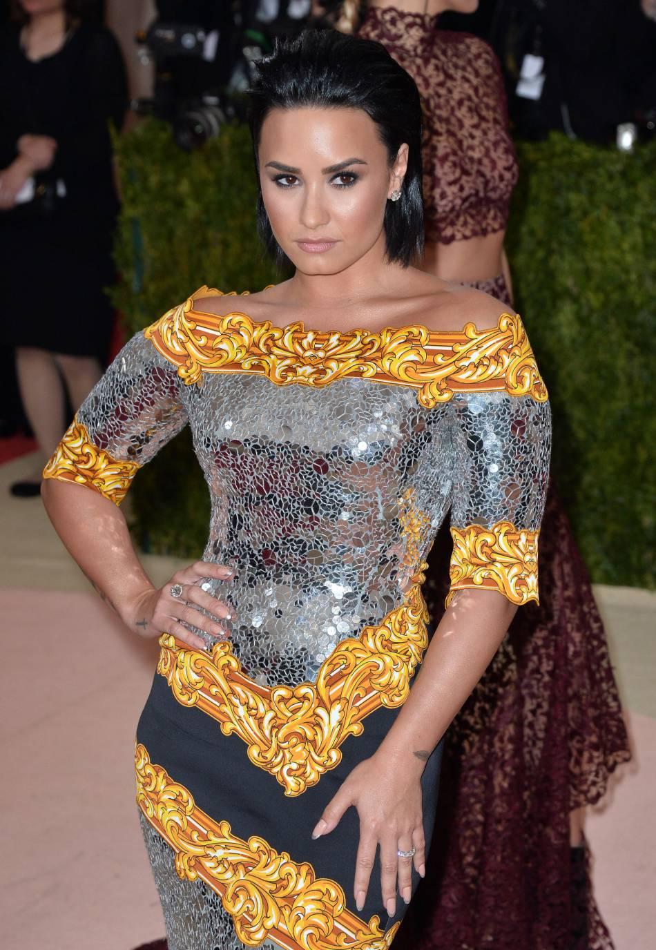 Lèvres nude, Demi Lovato se coiffe d'un wet look.