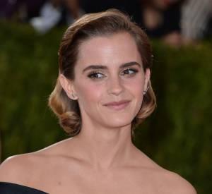 Emma Watson opte pour une mise en pli rétro qu'elle accompagne d'un teint nude.