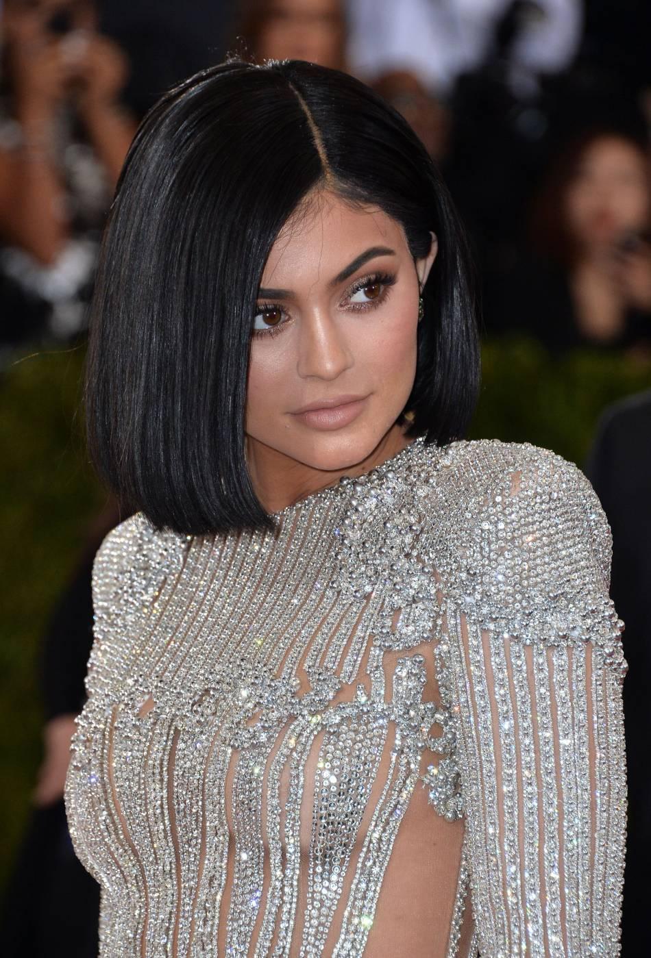 Exit les extensions colorées, c'est avec un carré parfaitement lisse et un teint nude que Kylie Jenner foule le tapis rouge du Met Ball Gala.
