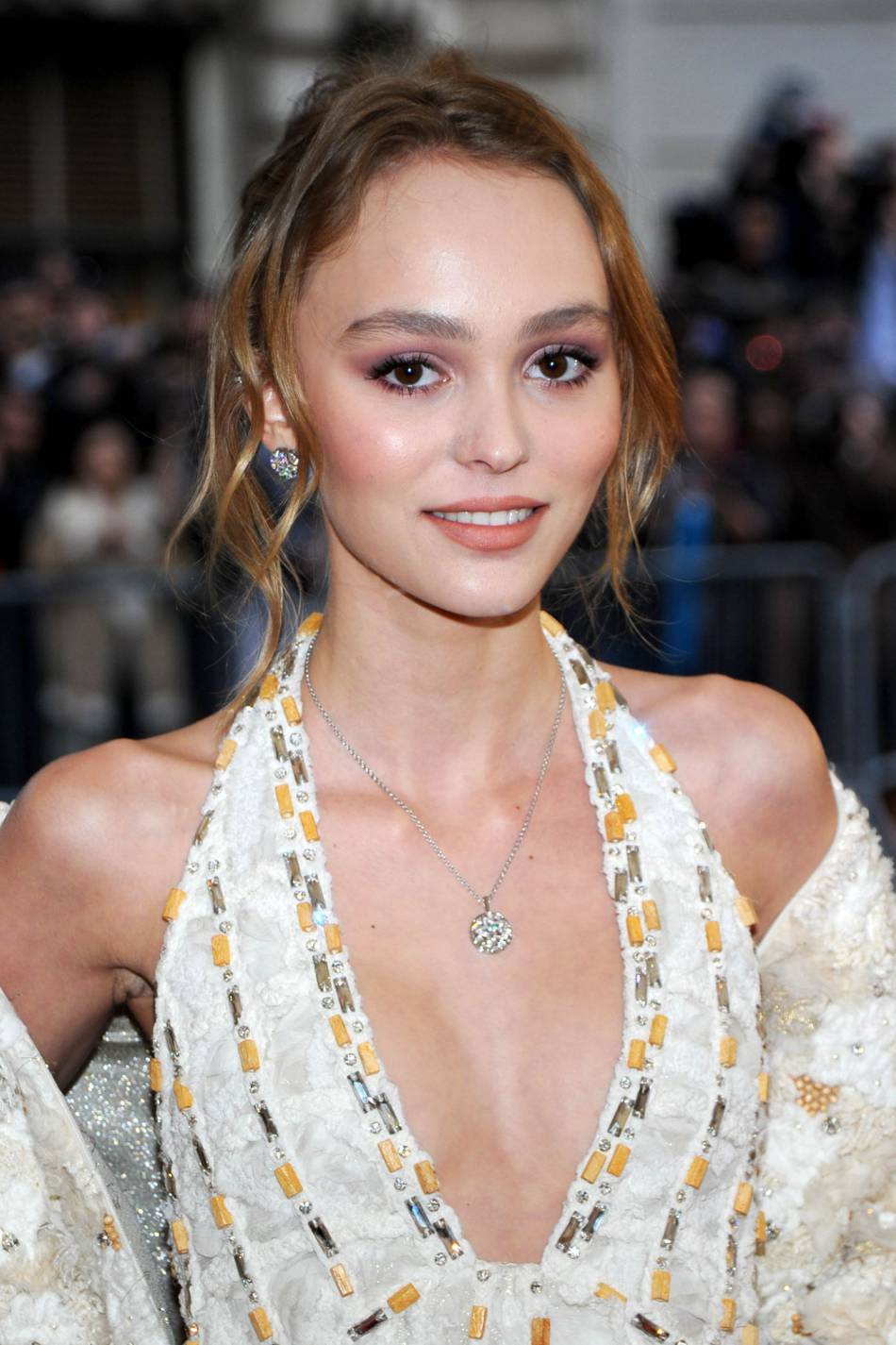 pour son premier met ball gala lily rose depp s 39 en sort haut la main avec une mise en beaut. Black Bedroom Furniture Sets. Home Design Ideas