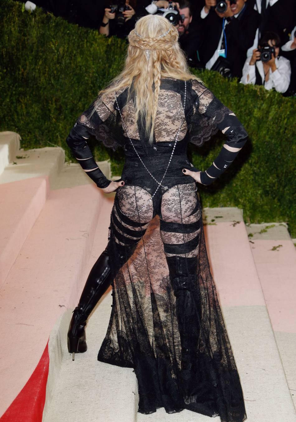 Madonna affiche ses fesses dans une tenue signé Givenchy.