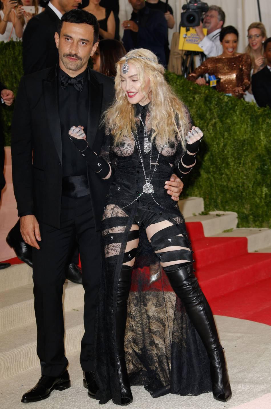 Madonna et le créateur de mode italien RiccardoTisci sur le red carpet.