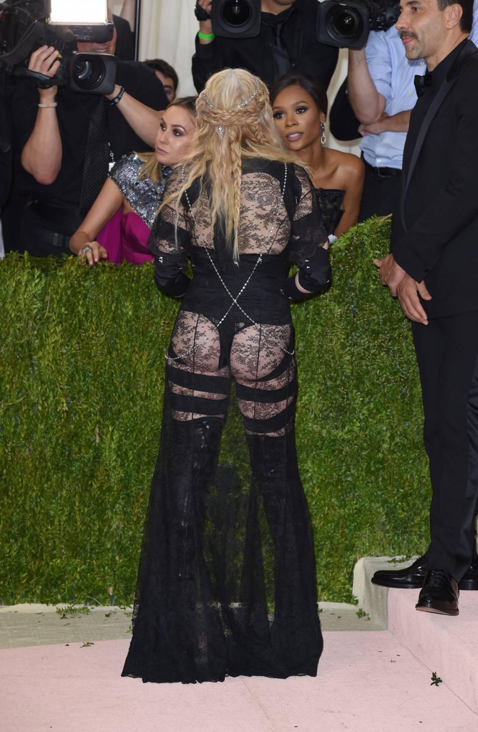 Madonna extravagante dans sa tenue osée, elle choque.