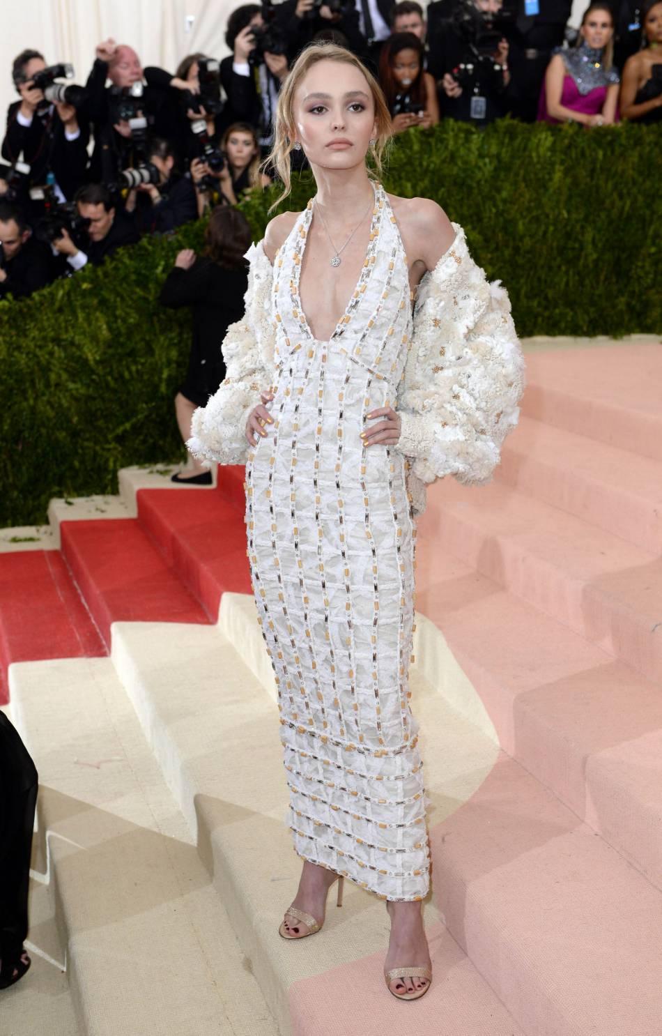 Lily-Rose Depp : une jeune fille de seulement 16 ans, sophistiquée dans sa robe de grand couturier.