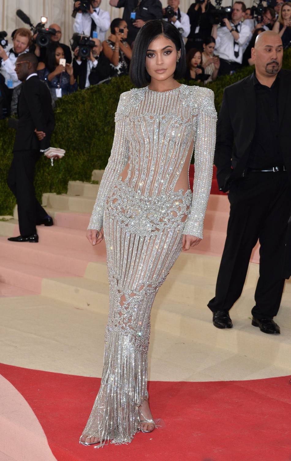 Kylie jenner a choisi une robe balmain pour le met ball for Kylie jenner robe