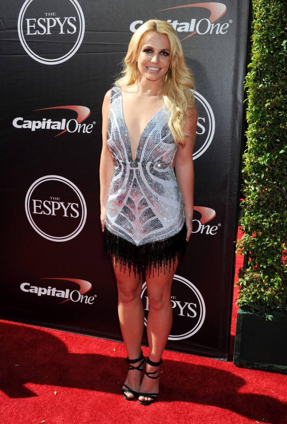 Britney Spears est au top dans un maillot de bain fluo.