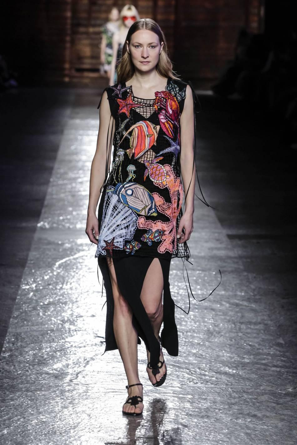 Emilio Pucci décline sa passion de la mer sur une robe très sous-marine.
