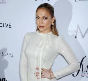 Jennifer Lopez : poitrine en avant le temps d'un bain de soleil bouillant