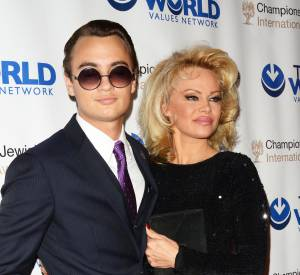 Pamela Anderson s'affiche très complice avec son fils sur le red carpet.