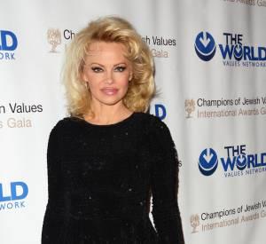 Pamela Anderson a mis de côté les tenues olé olé pour une petite robe noire chic et distinguée.