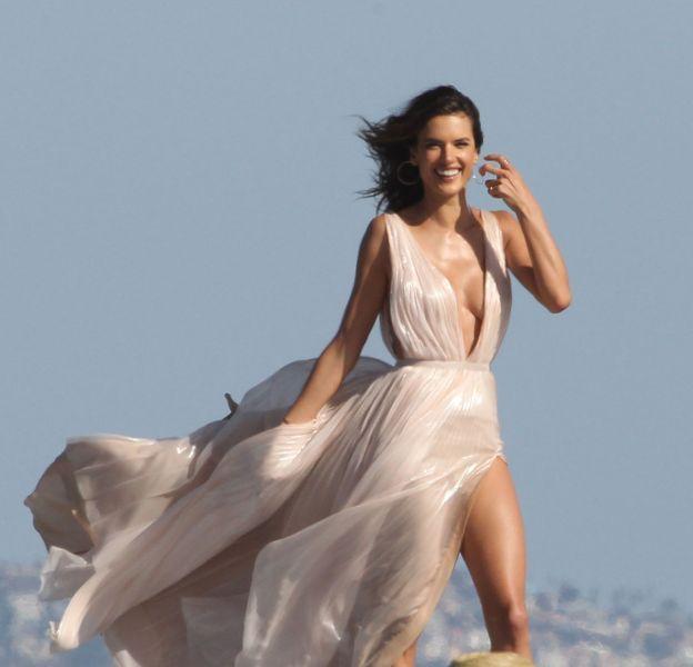 Alessandra Ambrosio en shooting photo sur la plage de Los Angeles.