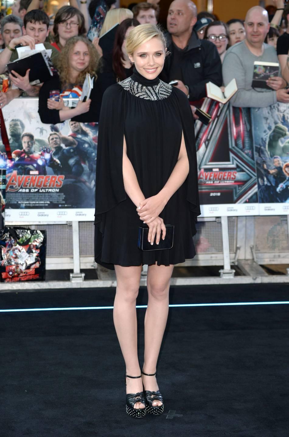 Avec cette robe cape noire, Elizabeth Olsen est plus moderne que jamais.
