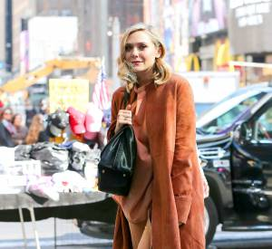 Ce street style est digne d'une vraie modeuse. En déclinaisons de teintes automnales, Elizabeth Olsen nous séduit.