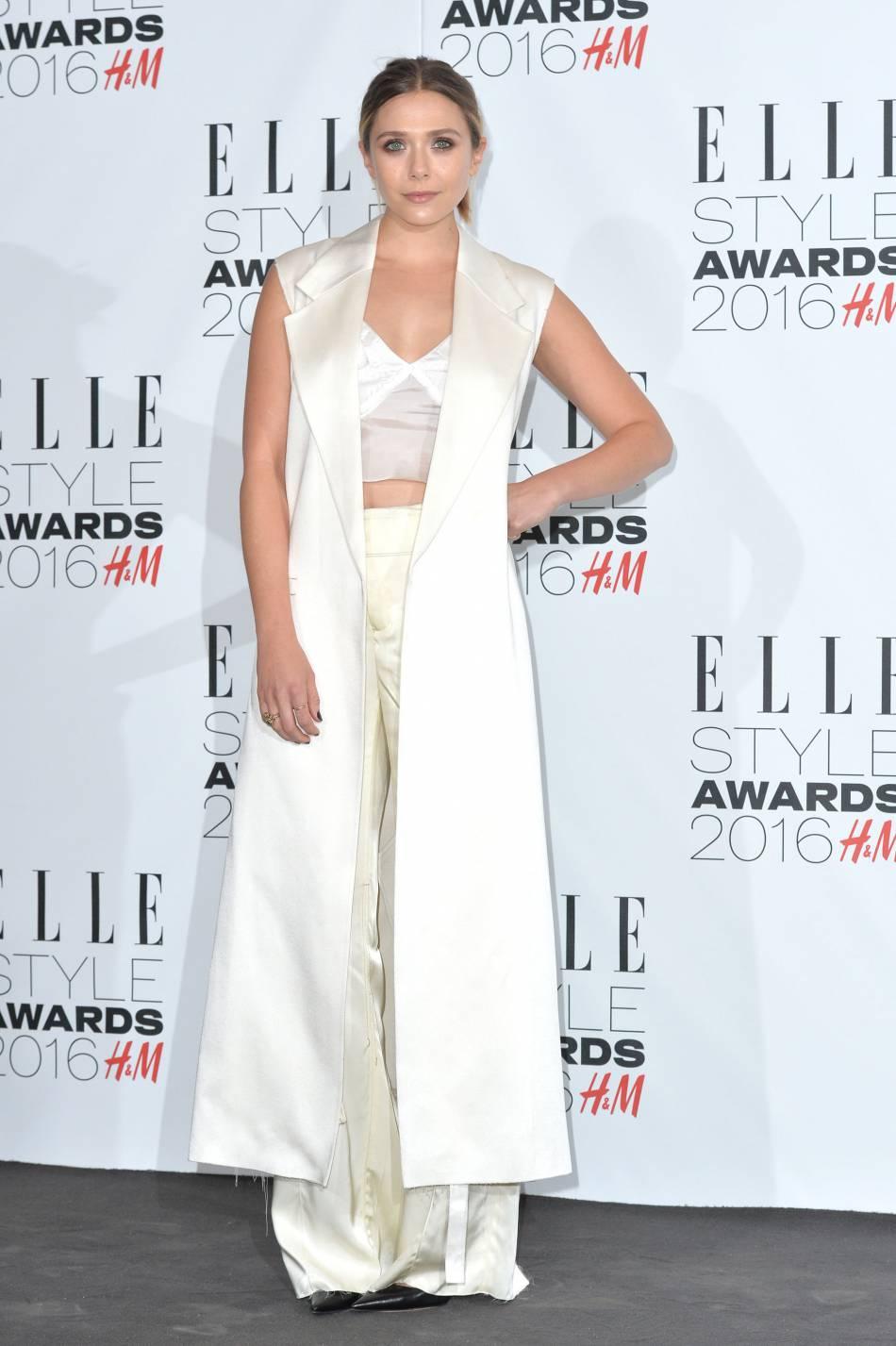 Cet ensemble Calvin Klein satiné démontre à quel point Elizabeth est sûre d'elle sur le red carpet.