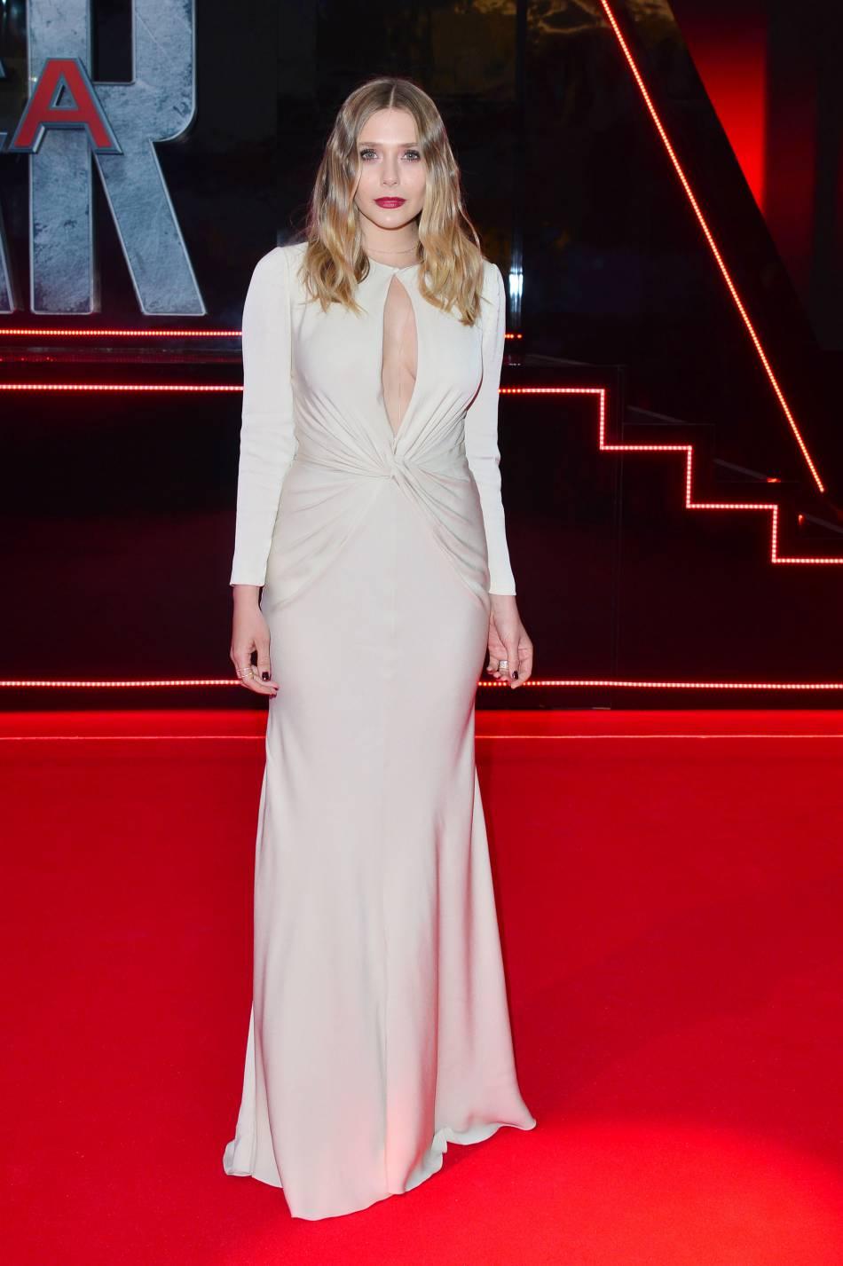 En robe Alexander McQueen, l'actrice Elizabeth Olsen joue la carte du glamour.