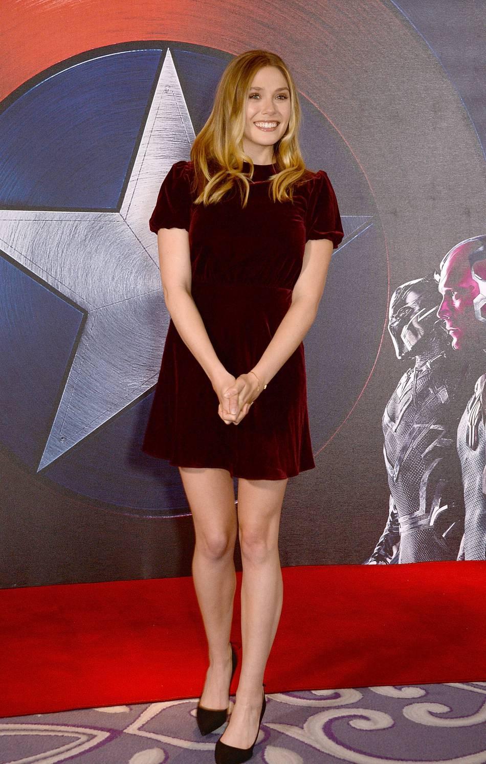 En portant cette robe en velours, Elizabeth Olsen prouve qu'elle est toujours ultra-tendance.