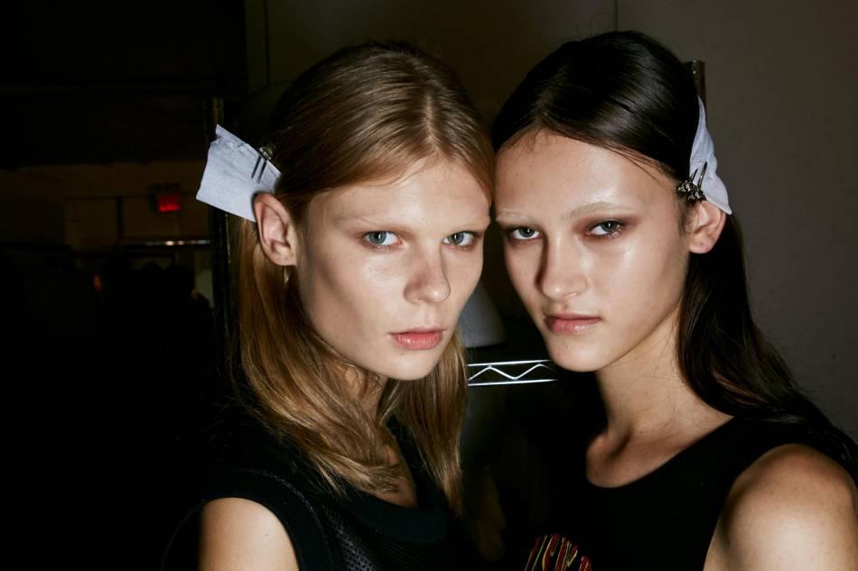 Chez Givenchy, on décolore le sourcil pour lui donner une nouvelle allure.
