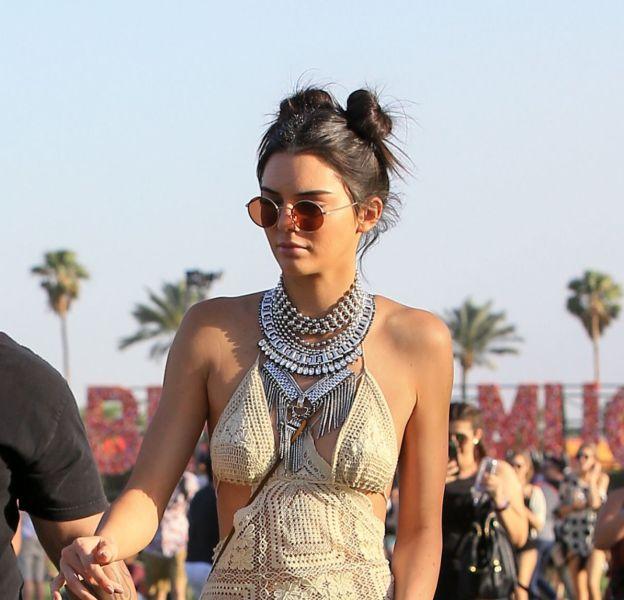 A Coachella, Kendall Jenner a affiché son plus joli double bun rétro.