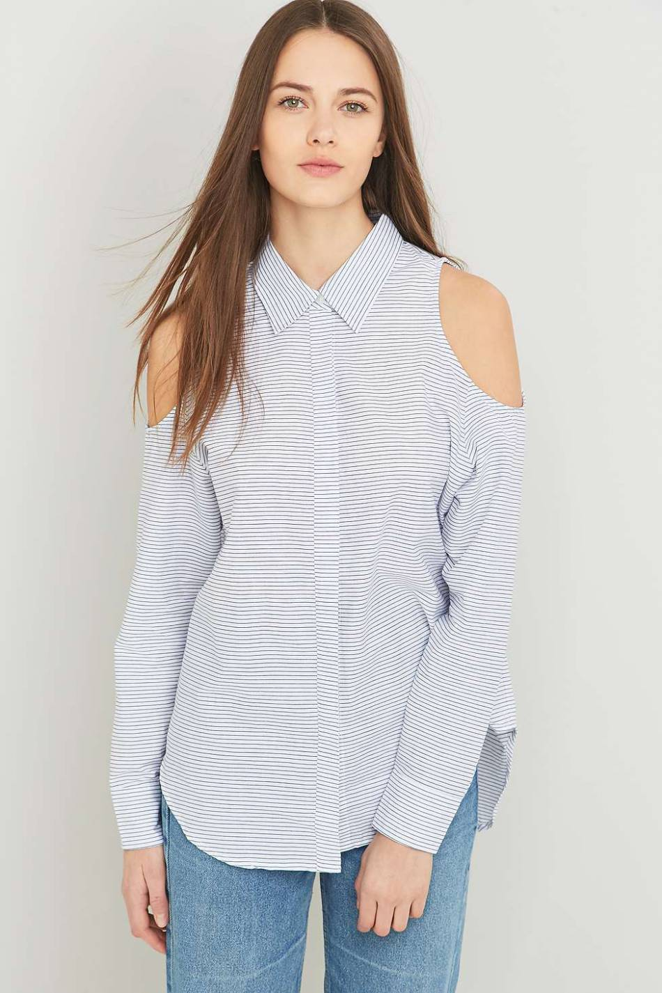 Chemise épaules ouvertes, Urban Outfitters, 80€.