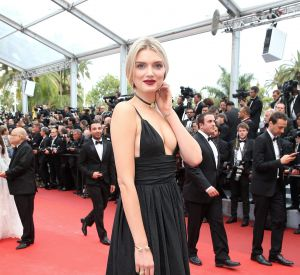 Cannes 2016 : Lily Donaldson et son décolleté XL, parée par Atelier Swarovski.