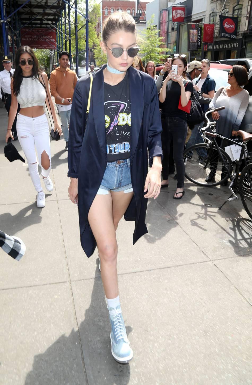 Gigi Hadid transformée en rockeuse, elle opte pour un T-shirt du groupe AC/DC.