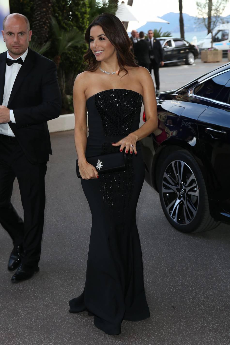 Eva Longoria porte une somptueuse robe noire et un collier incrusté de diamants signé Messika Jewelry.