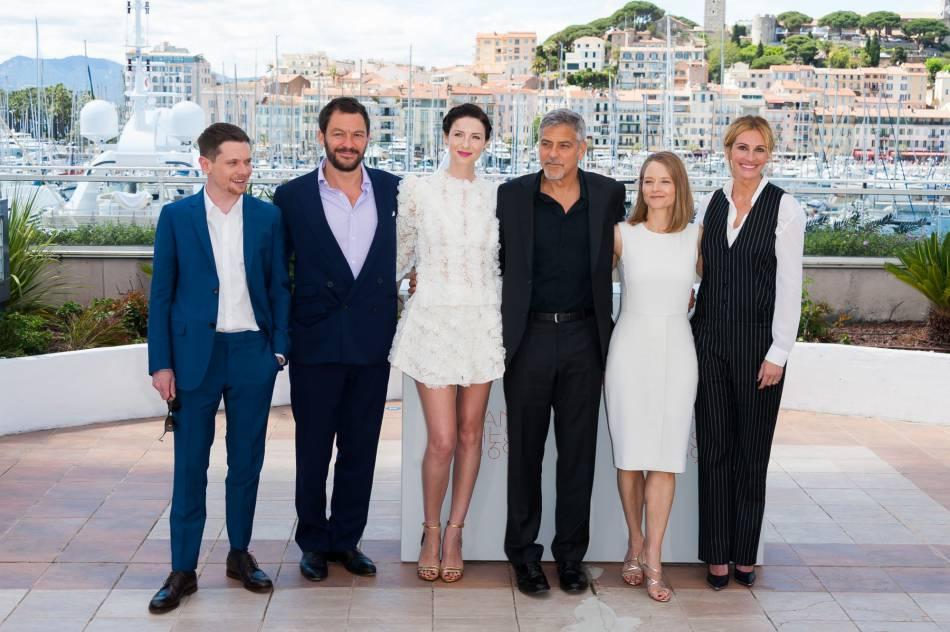 """Caitriona Balfe a posé aux côtés de George Clooney et Julia Roberts, ses partenaires du film  """"Money Monster""""."""