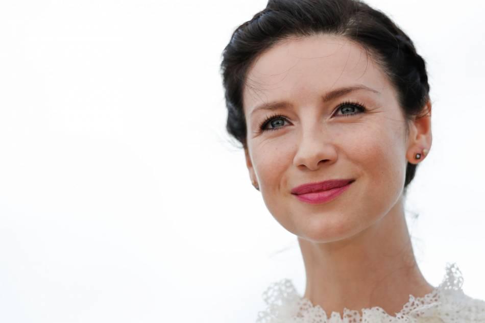 Caitriona Balfe a été la première victime du vent au 69ème Festival de Cannes.