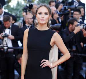 "Ana Girardot monte les marches pour le film ""Mal de pierres""."