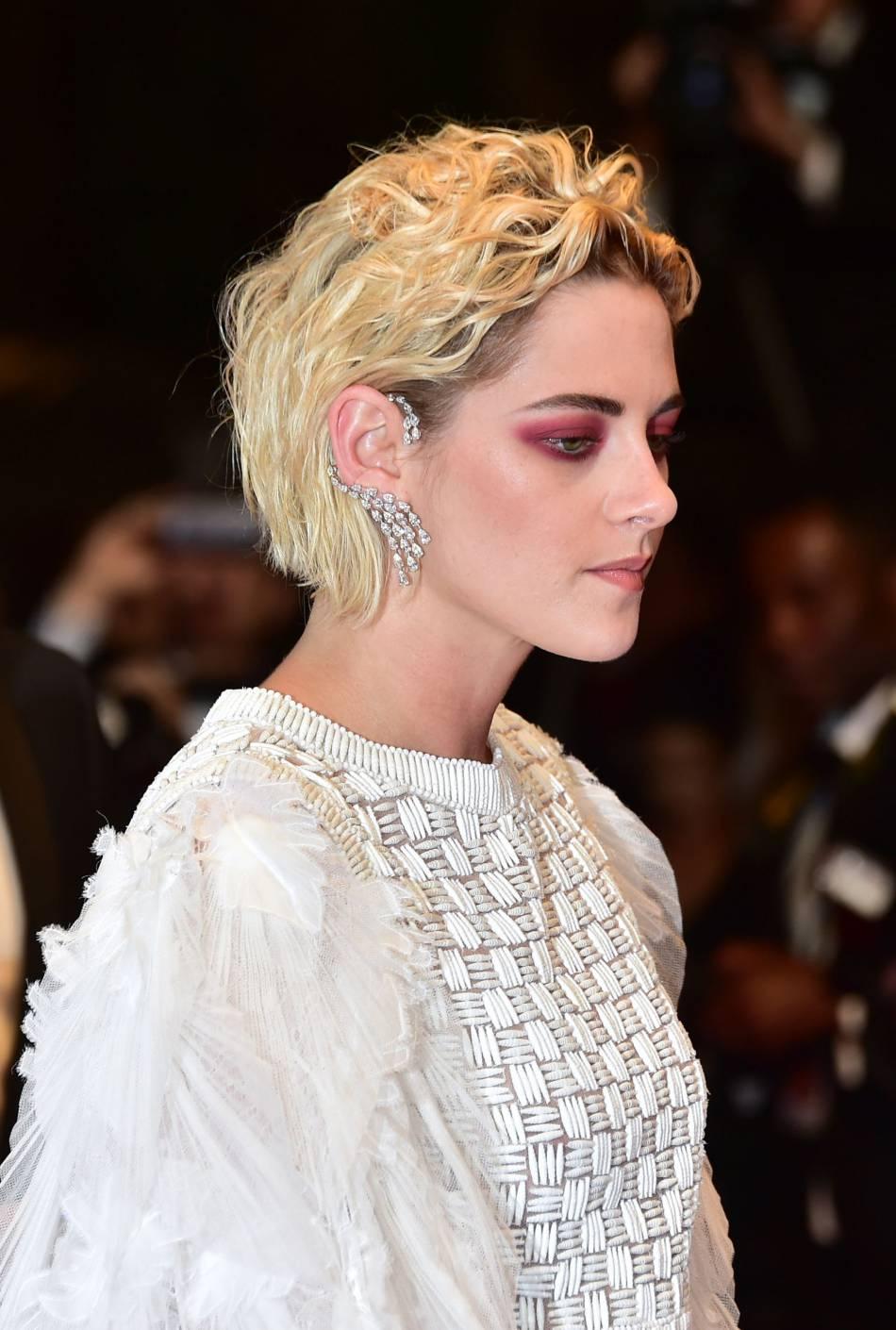 On ne regarde pas les bijoux Messika ou la robe Chanel mais bien l'oeil rouge de Kristen Stewart sur le tapis rouge.