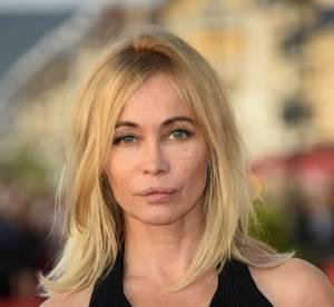 """Emmanuelle Béart : pas dans le """"mood"""" Cannes, sa photo triste à l'aéroport"""