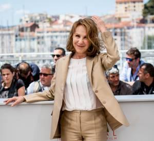 """Nathalie Baye a opté pour un tailleur pantalon beige lors du photocall du film """"Juste la fin du monde"""", le 19 mai 2016."""