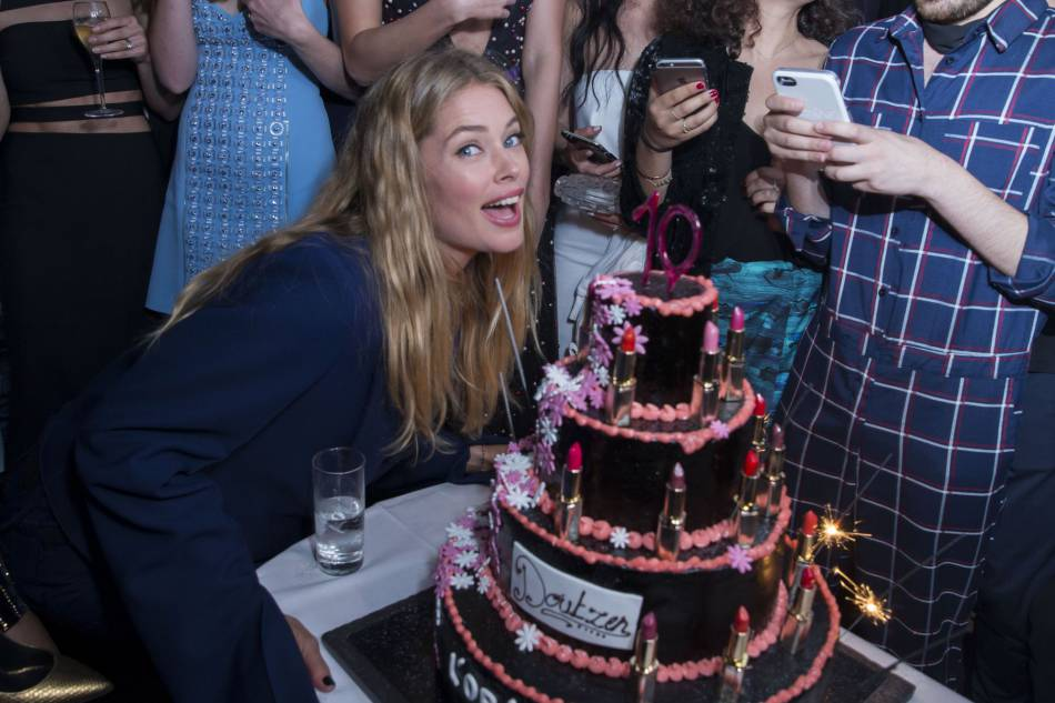 Doutzen Kroes, ravie par son gâteau de rouges à lèvres.