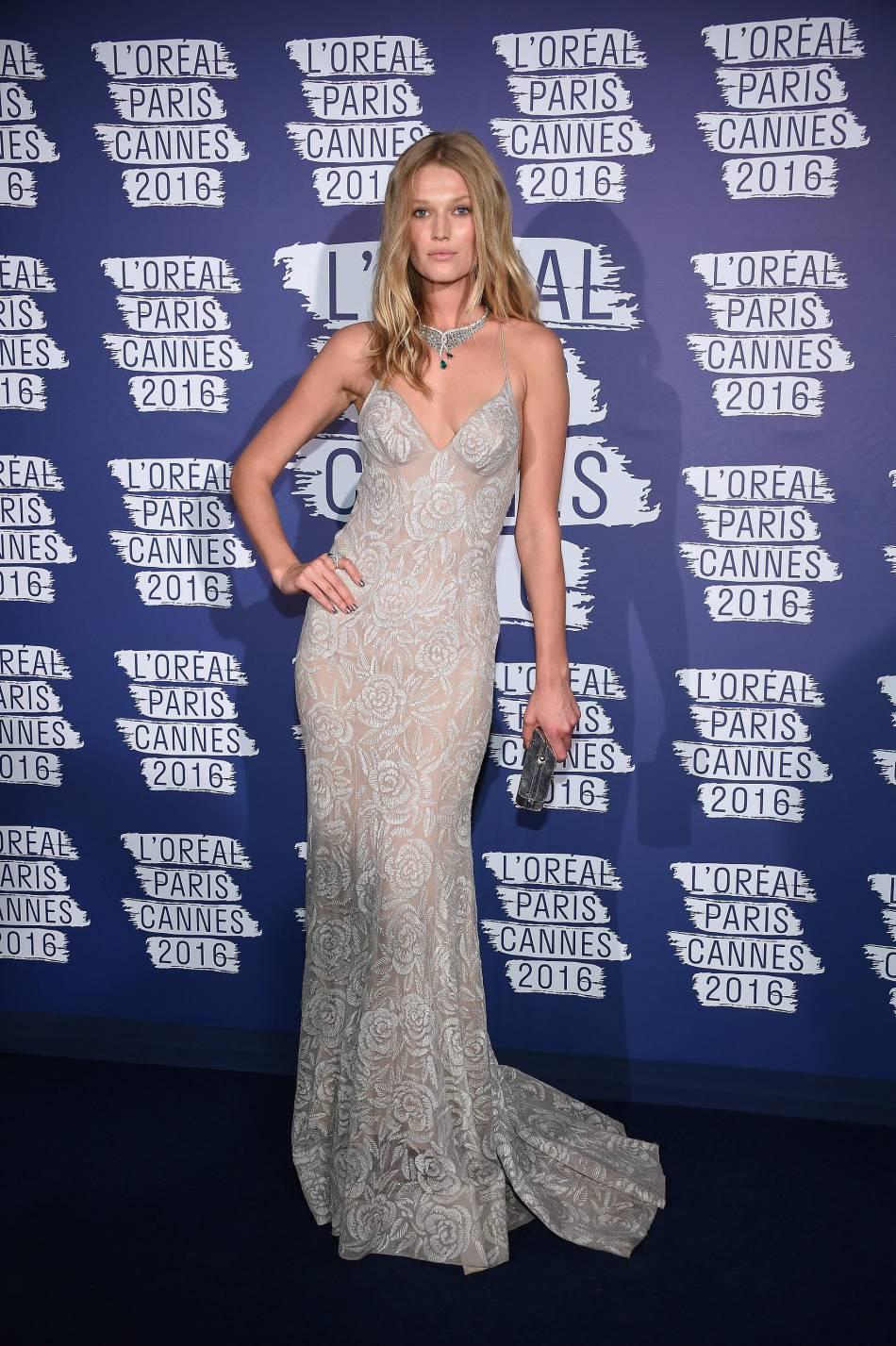 Toni Garrn a dérogé au dress code bleu et opté pour de la dentelle gris perle.