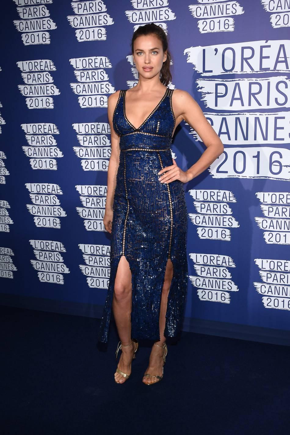 Irina Shayk a dévoilé son jeu de jambes en double fendu.