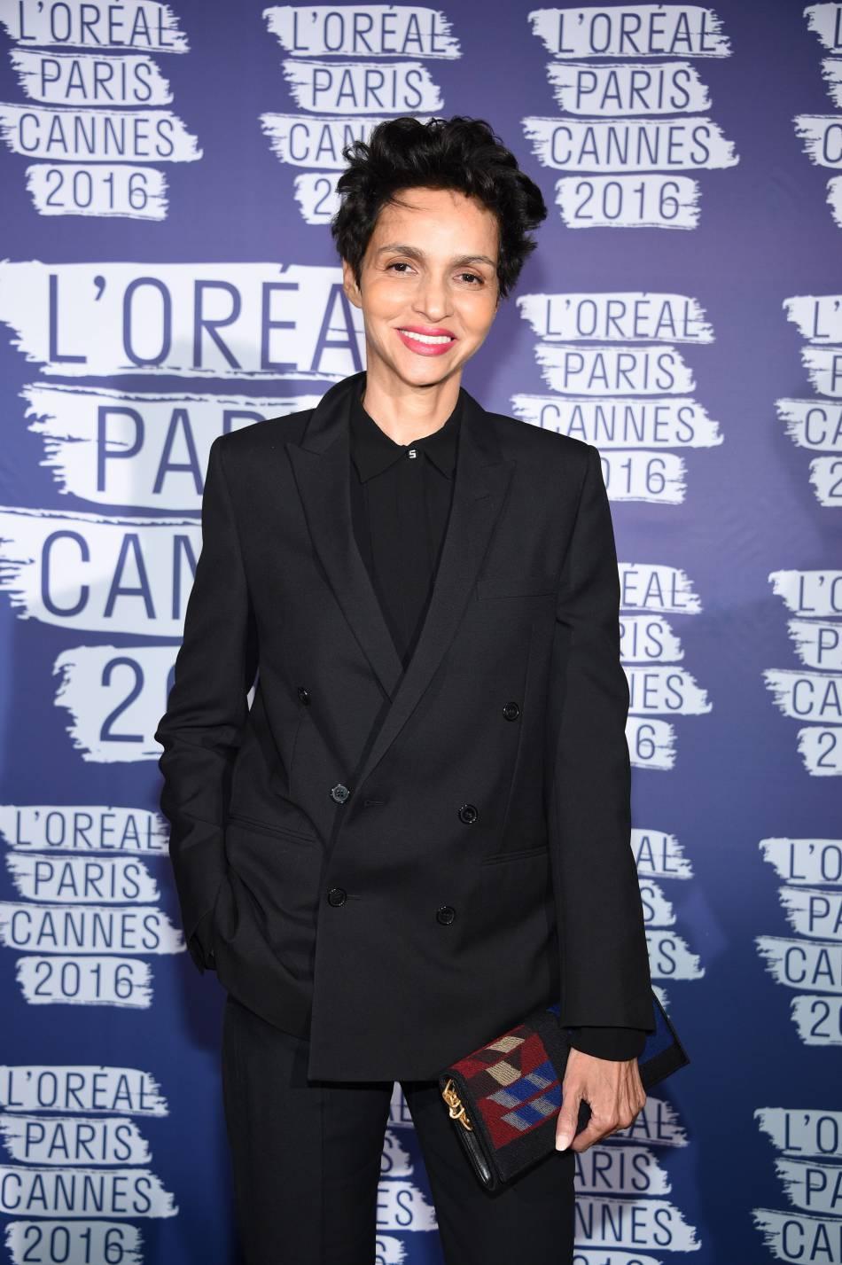 Farida Khelfa, pointue en total look noir.